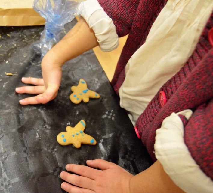Nena facendo galletas