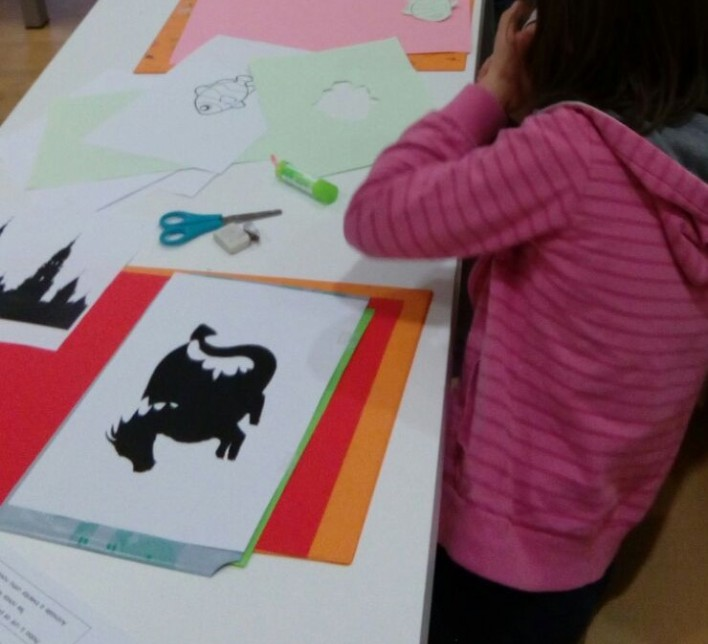 niña trabajando en el taller