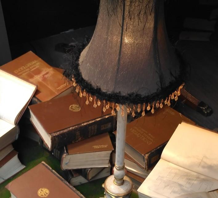 mesa de lectura con lámpara y libros