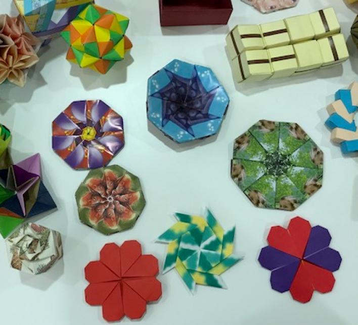 varias figuras geométricas de origami