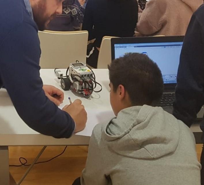 Monitor e alumno cun robot