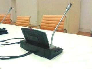 Mesa dos relatores: ordenador, micros e cadeiras