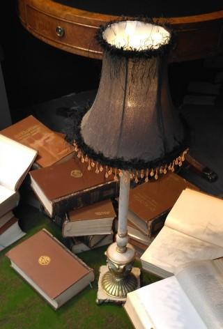 Lámpara y libros